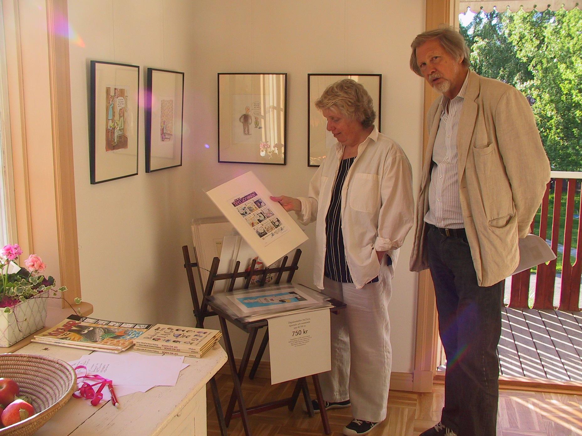Åsa Kristensen och Jan Lidén beskådar konsten